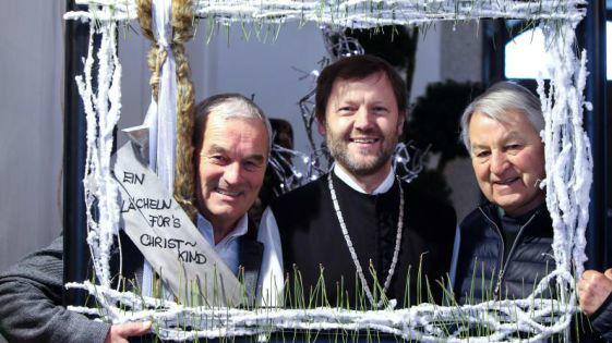 Landesgärtnermeister-Stv. Alfred Penninger, Abt Reinhold Dessl und Gärtnermeister Werner Sandner (v.l.) lächelten fürs Christkind. Bild: Weihbold